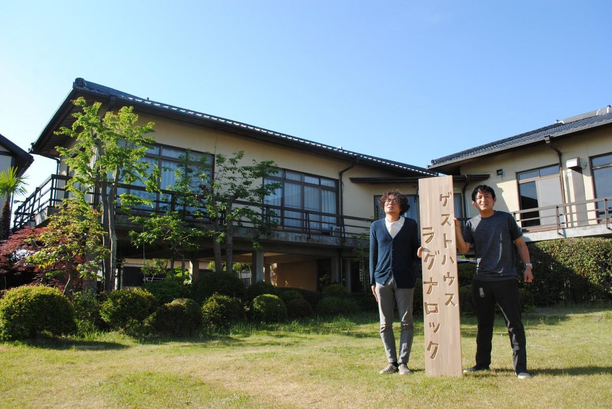 施設前で笑顔を見せる関達彦さん(右)と、運営パートナーの加藤雅史さん(左)