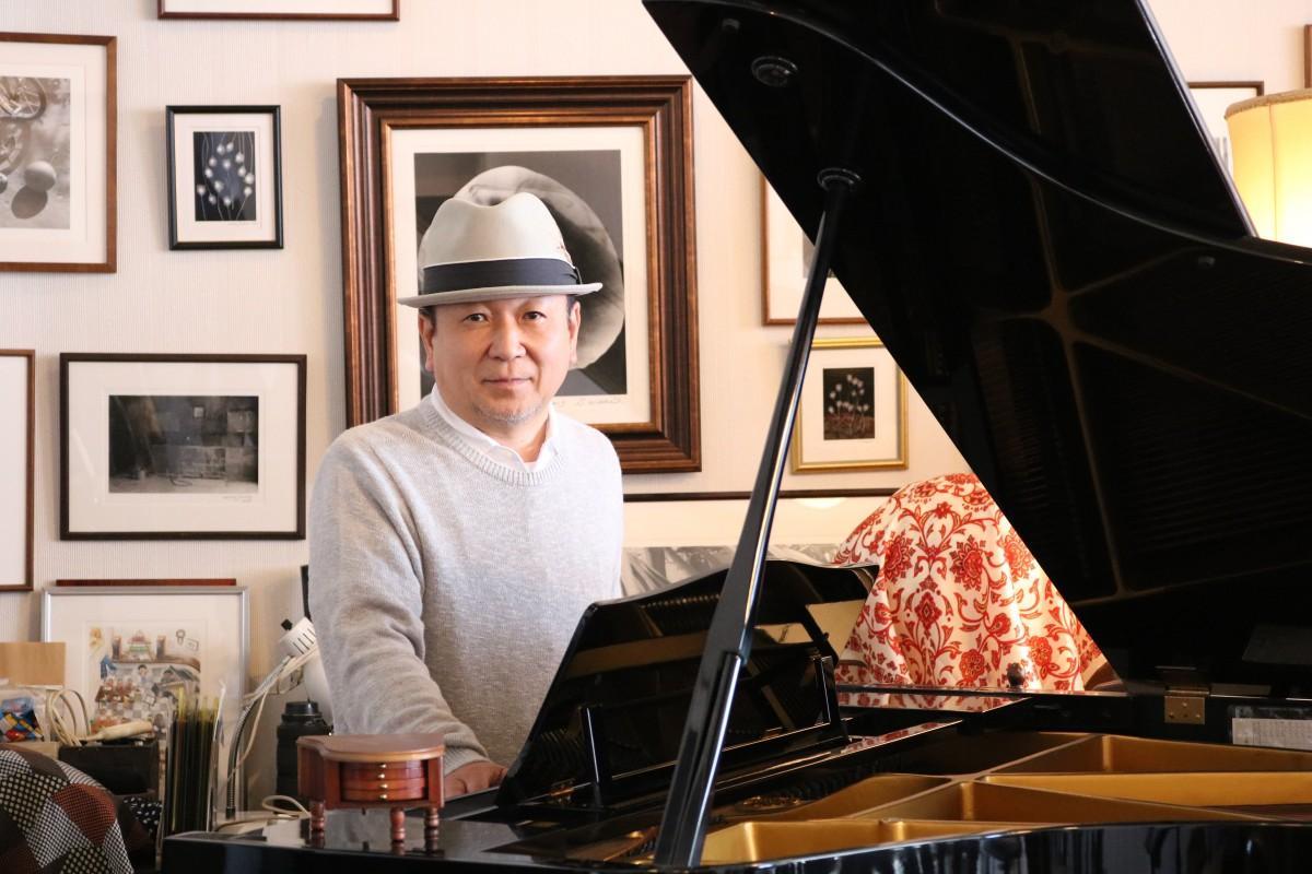 ピアノを前にした安斎栄さん