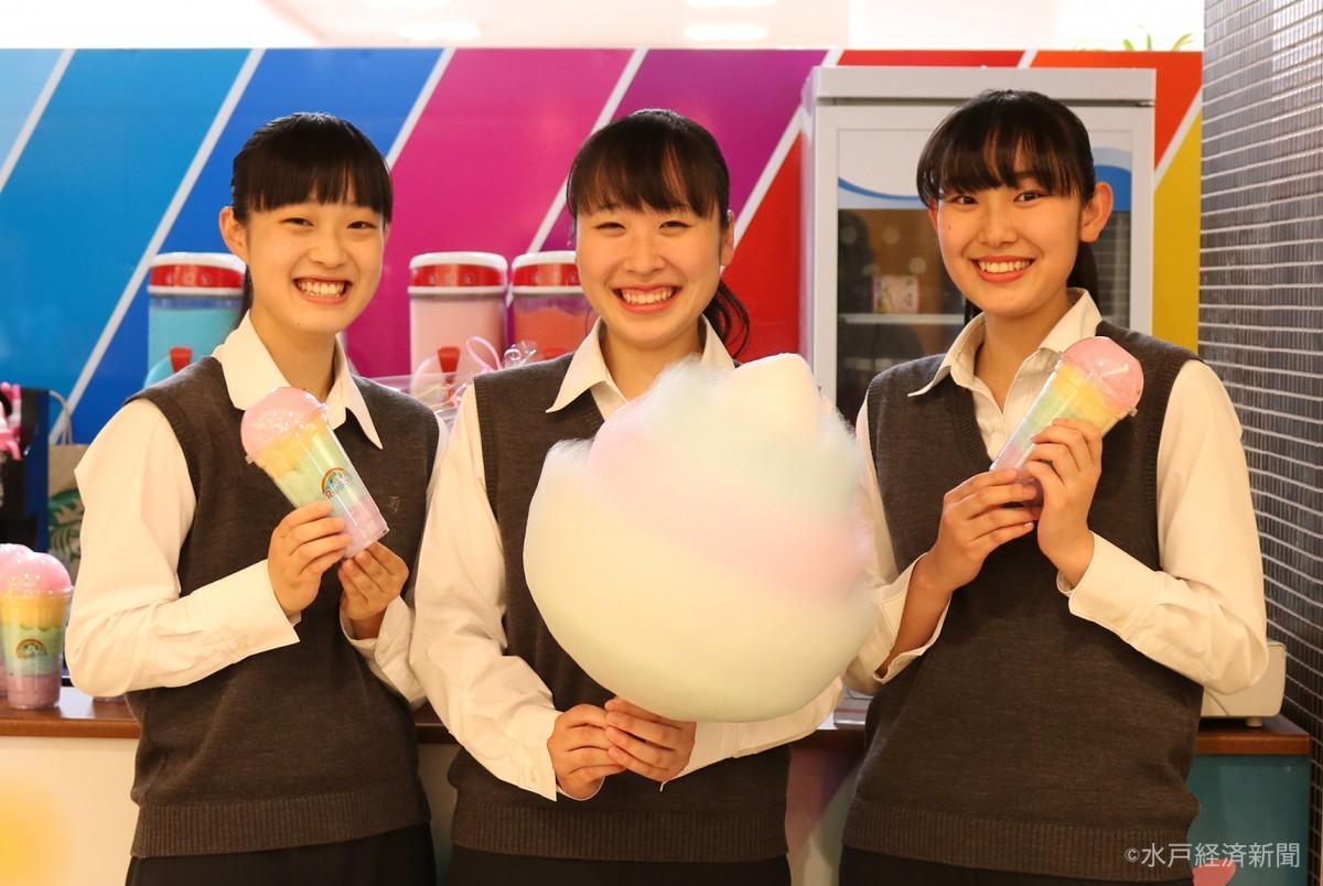 綿あめを手に笑顔を見せる女子学生