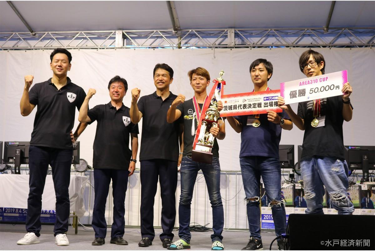 左から「アプリシエイト」和田社長、高橋靖水戸市長、大井川和彦県知事、「RED SPIDER」の綿引さん、益子さん、菊池さん
