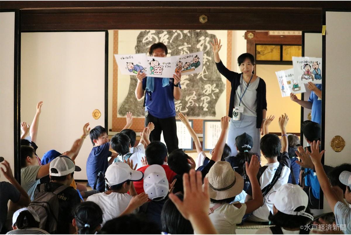 弘道館で主任研究員・小圷さんの説明を受ける小学生