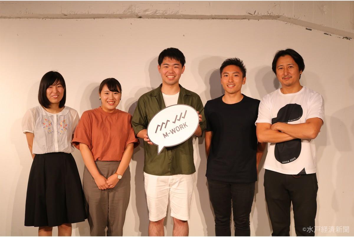 最終プレゼンテーションに登壇した3組と須田社長(右)