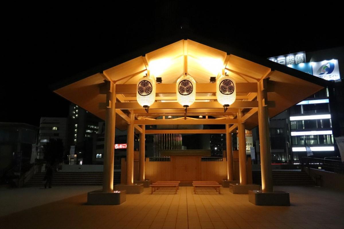 水府ちょうちんが灯る水戸駅北口ペデストリアンデッキの「お休み処」