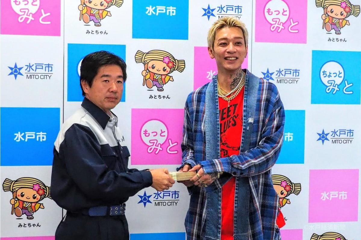 高橋水戸市長に見舞金を贈るt-Aceさん