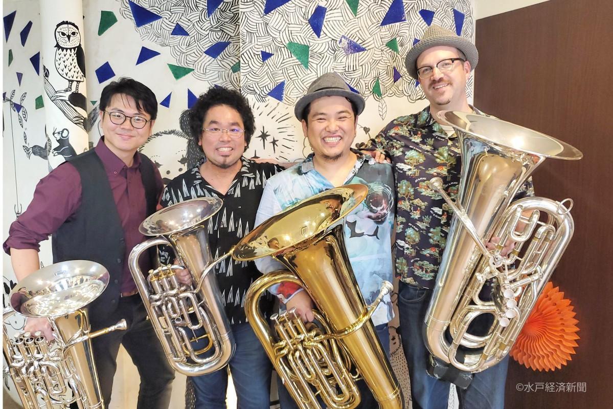 (左から)「FUNKARU」の新井秀昇さん、安東京平さん、古本大志さん、ギデオン・ジュークスさん