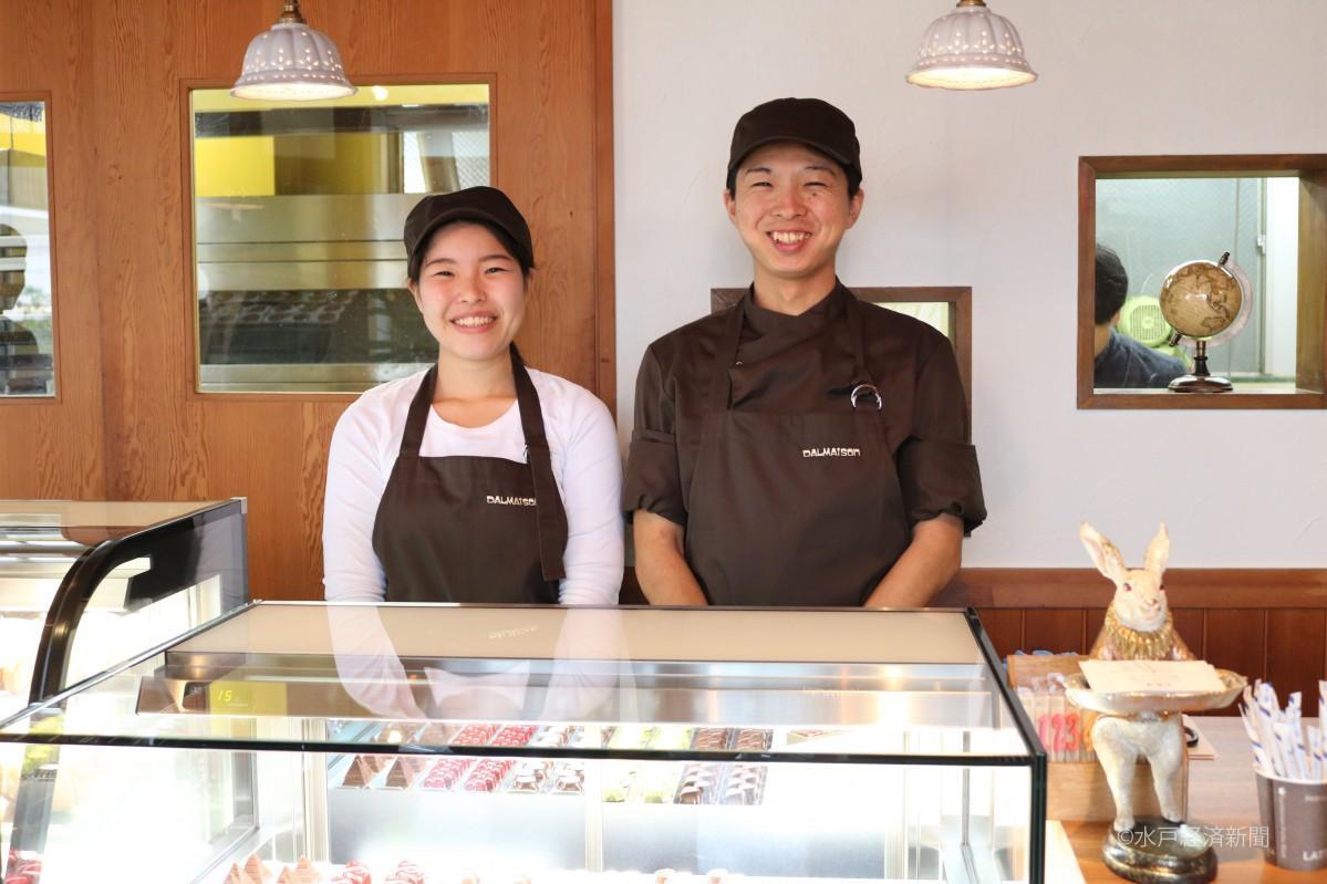 笑顔を見せる店主の達聖 さんと妻の求美さん