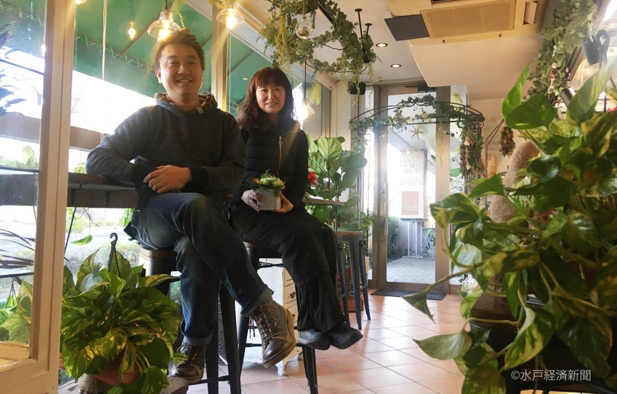 「牧ノ原」店主の五條誠司さんと「憧れ 花のアトリエ」店主の池田誠子さん