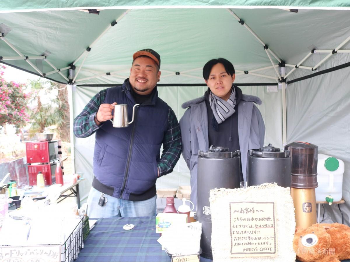 左から「MERCY's COFFEE(マーシーズコーヒー)」店主の大貫さんとスタッフ