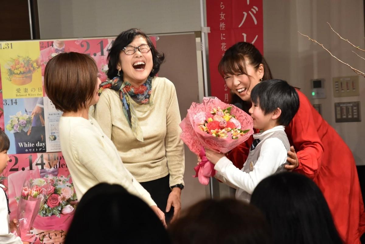 子から母へ花束贈呈(昨年の様子)