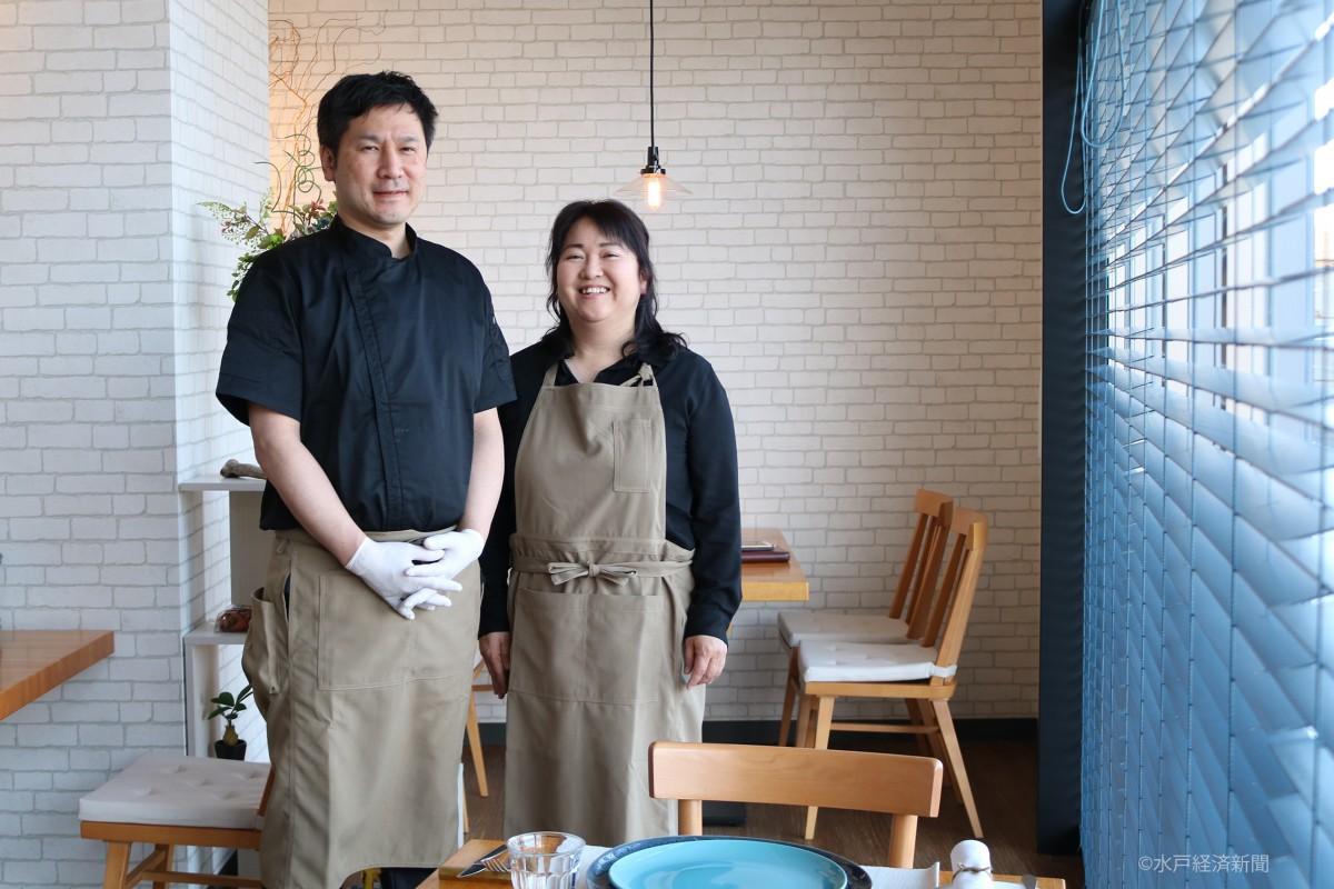 店舗で笑顔を見せる飯村智明さんと妻の信子さん
