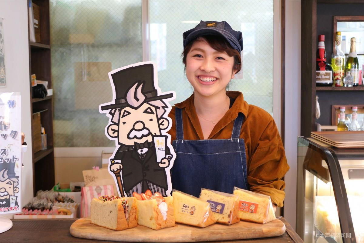 おすすめのシフォンケーキを前に笑顔を見せる五十嵐さん