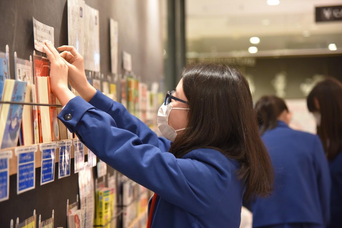 展示を行う茨城キリスト教学園中学校高等学校の図書委員会の生徒