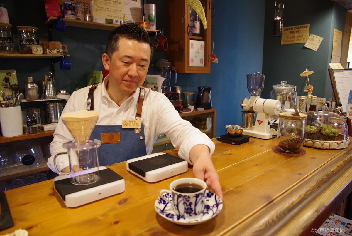 コーヒーを提供する栗田さん