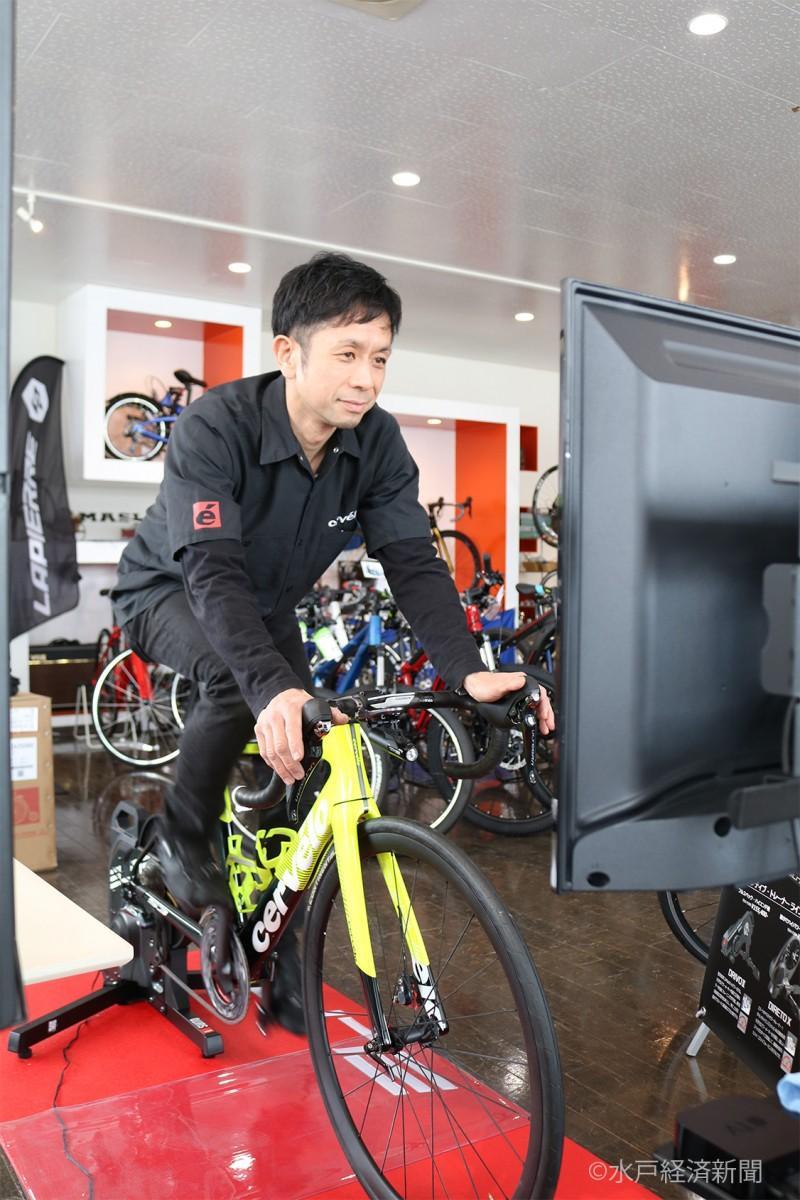 スマートトレーナーに装着した自転車に乗る大嶋さん