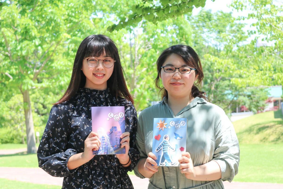 (左から)くるり本誌を手にほほ笑む飯嶋さんと本田さん