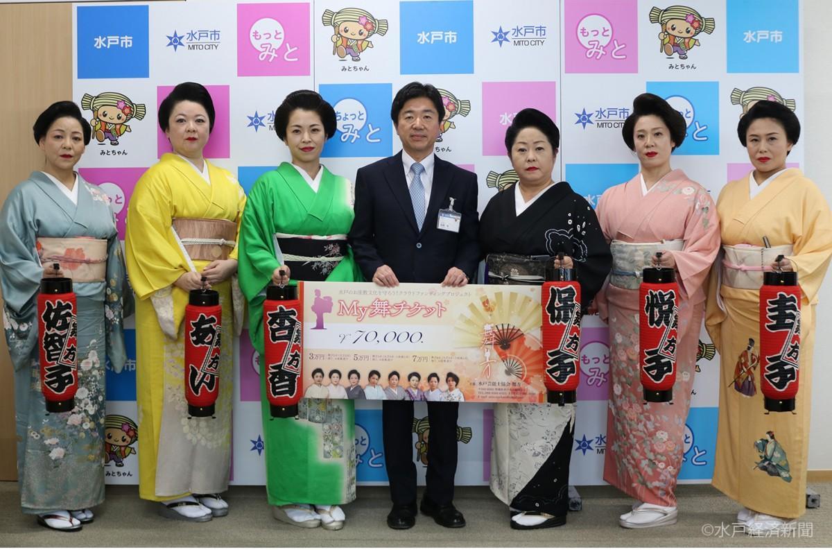 (左から)佐智子さん、あいさん、杏香さん、高橋市長、保子さん、悦子さん、圭子さん
