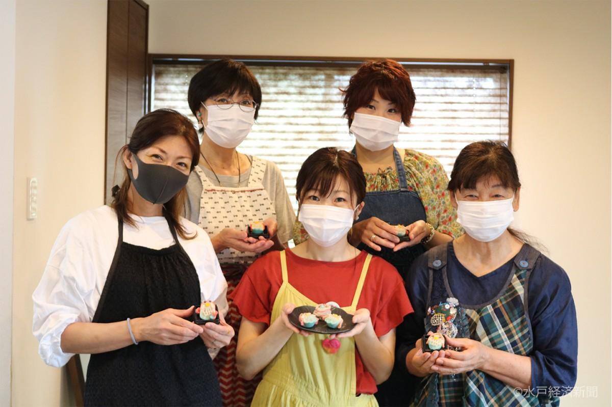 「アマビエ練り切り」を手にするレッスン参加者と内山さん(前列中央)