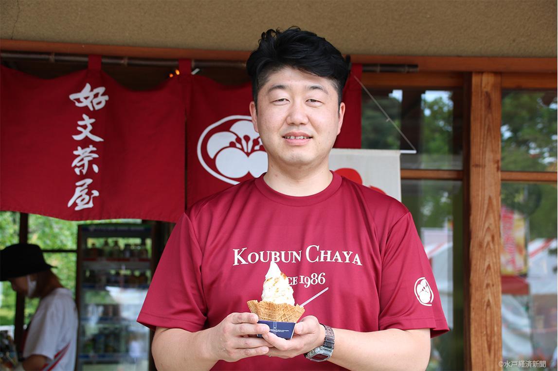 みたらし納豆サンデーを手にする前田社長