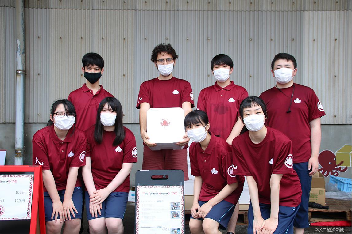 ボランティアに参加した土浦日本大学中等教育学校の生徒らとパトリスさん
