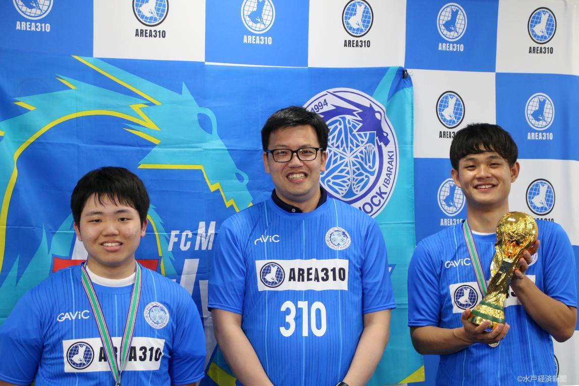 (左から)ウラえもん選手、小島社長、nomo選手