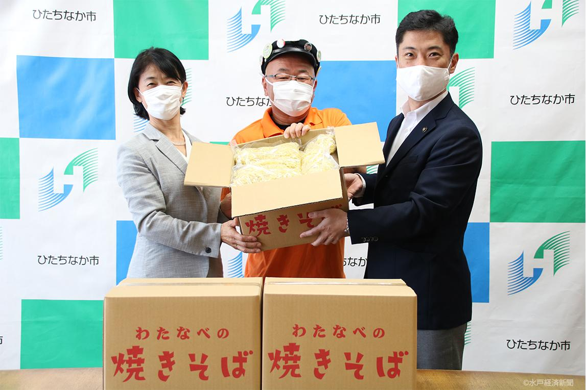 (左から)「那珂湊焼きそば」の麺の贈呈式を行う野沢教育長、堀口学長、大谷市長