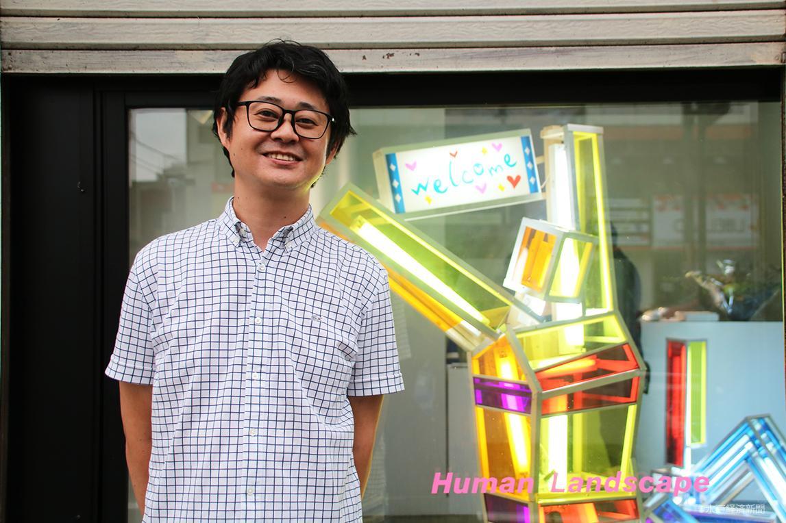 ギャラリー前で笑顔を見せる中崎さん