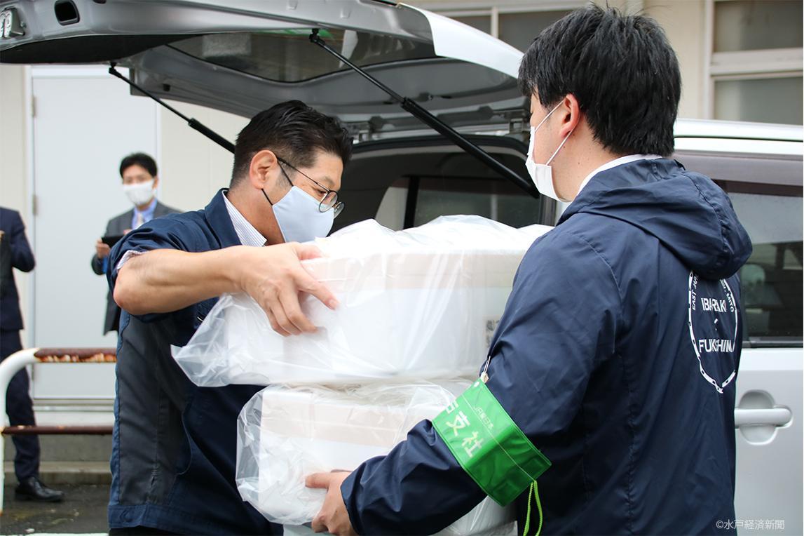 大洗漁業協同組合から「生シラス」を受け取るJR水戸支社社員
