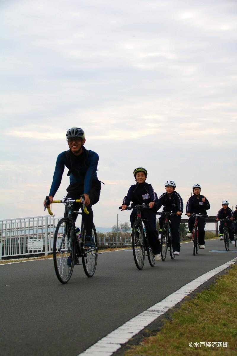 サイクリングを楽しむ生徒ら
