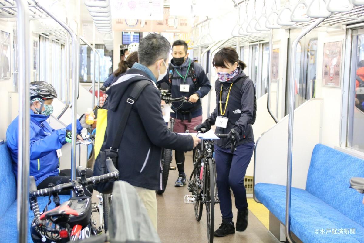 自転車を列車に持ち込む参加者