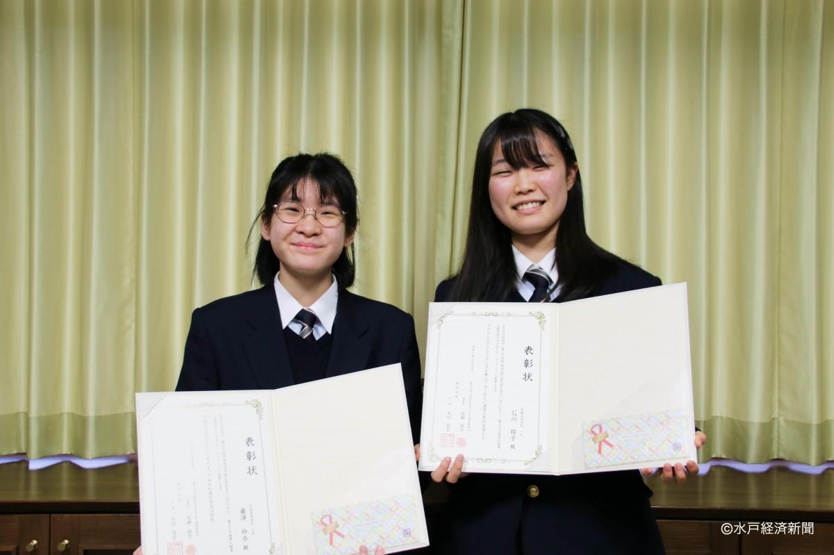 (左から)賞状を手に笑顔を見せる藤澤さん、石川さん
