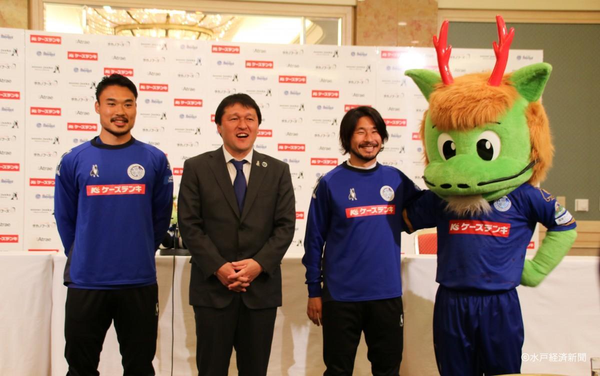 (左から)中山選手、秋葉監督、金久保選手、ホーリーくん