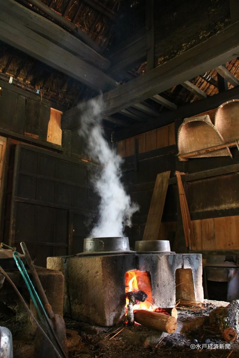 白煙でかやぶきを燻(いぶ)す「薫蒸」