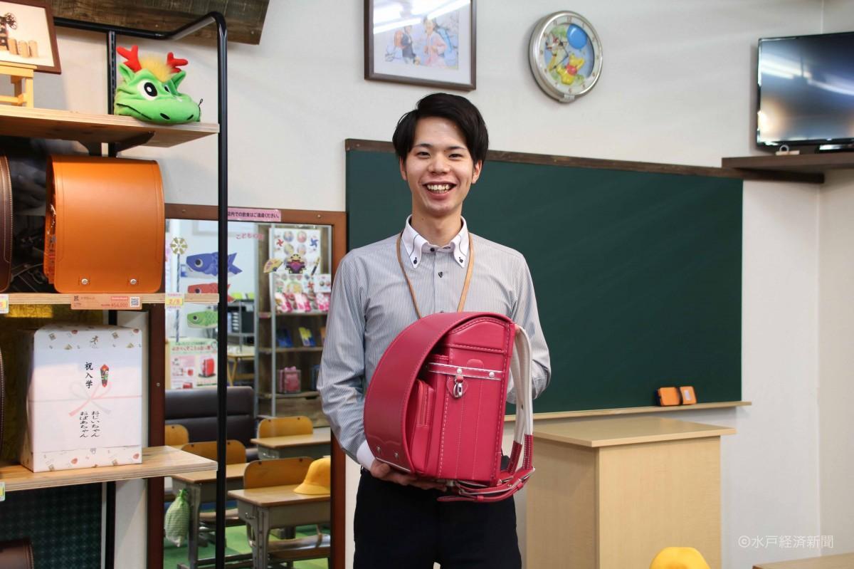 教室を模したスペースを前にほほ笑む沼田さん
