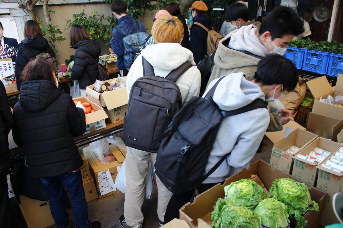 集まった食品などを選ぶ学生(写真提供=学生食料支援プロジェクト)