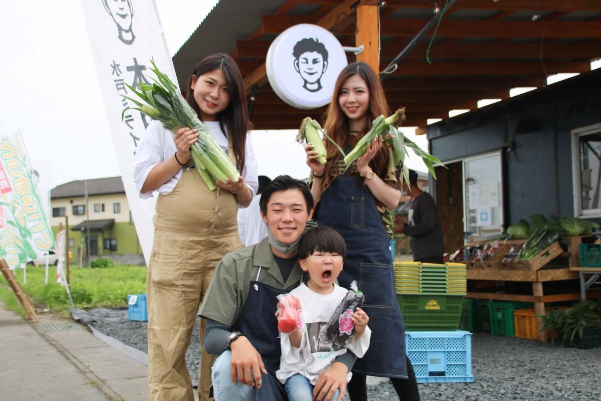 本田武士さん(中央)と「本田農園売店」スタッフら(撮影時のみマスクを外しています)