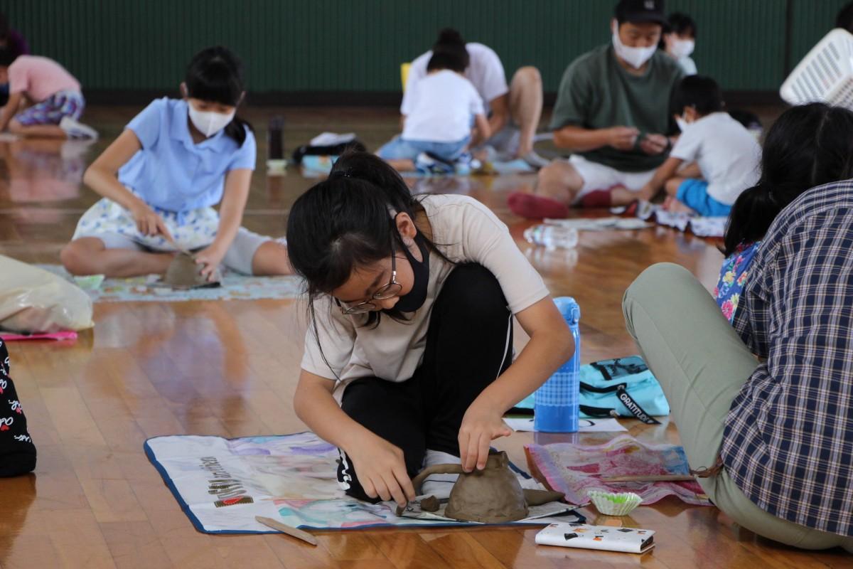 納豆鉢を作る小学生