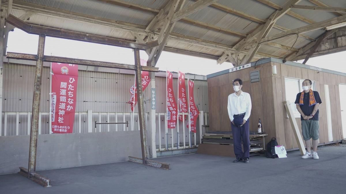 (左から)一ノ鳥居の完成でコメントするひたちなか 海浜鉄道吉田社長と佐藤代表