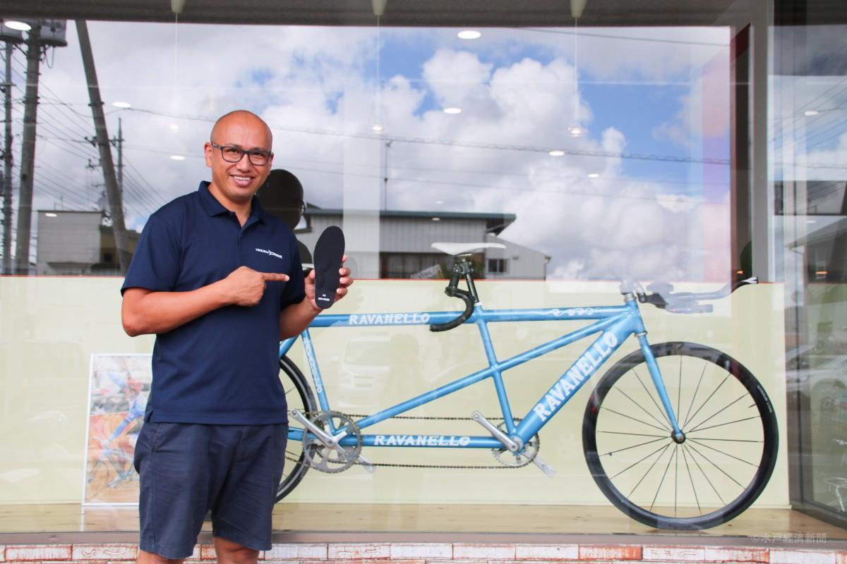 アテネパラリンピックで使ったタンデム自転車を前に「IRERUDAKE」を手にする大木さん