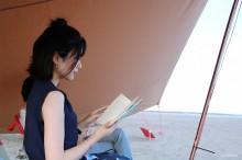 大洗サンビーチで砂浜図書館 「読書楽しみ、のんびり過ごして」