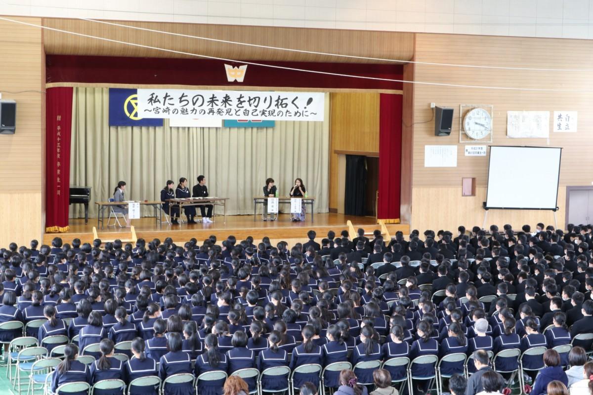 会場には全校生徒515名、保護者約250名が足を運んだ