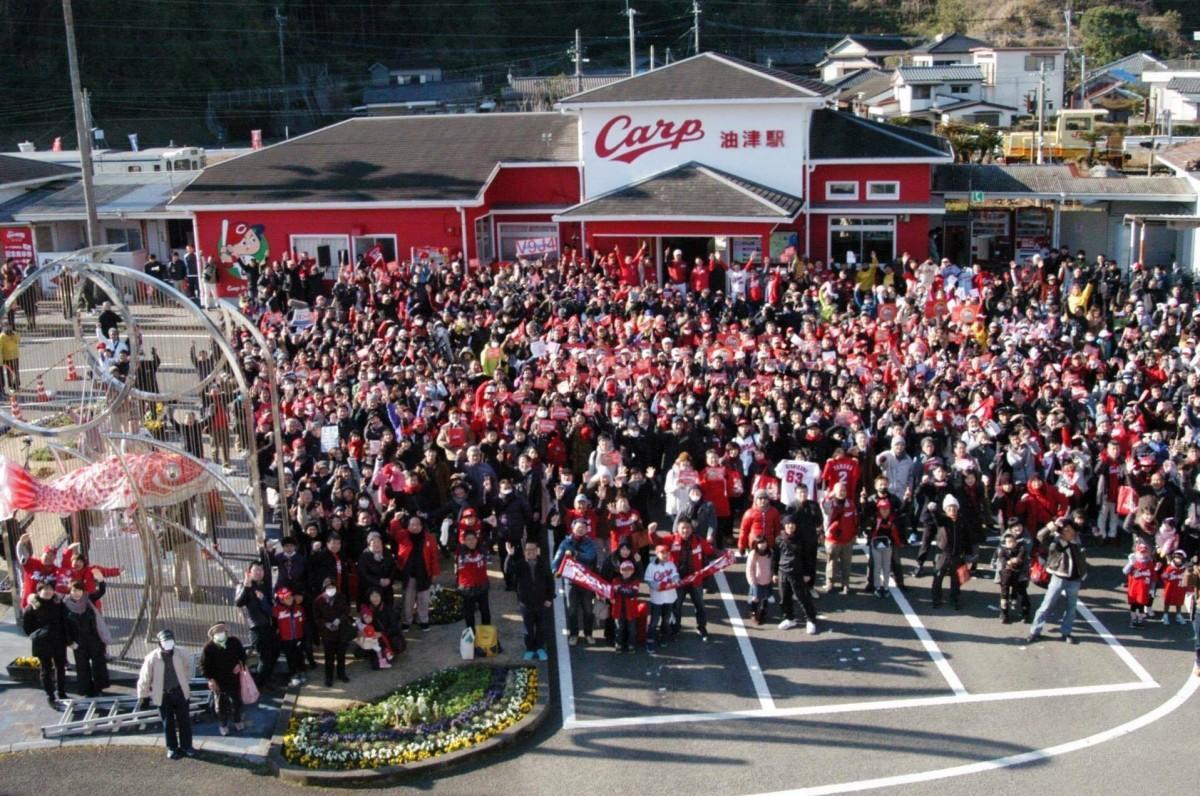 駅前には多くのファンが詰め掛けた