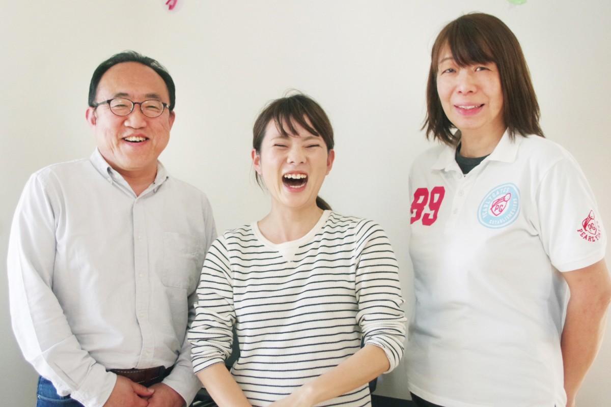 施設長の岡田啓一郎さん、保育士の児玉さゆりさん、児童発達支援管理責任者の三木紀久美さん