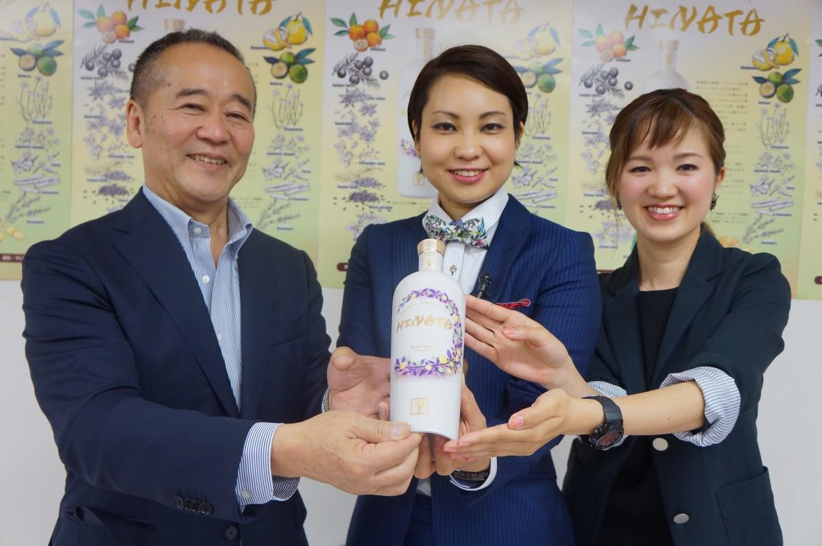 「HINATA」を持つ渡邊社長、総合監修の蛯原さん、ボトルデザイン担当の入江さん(順番は左から)