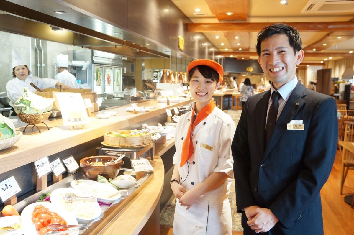 「気軽に利用して」と話すマネジャーの藤井さんとホールスタッフの宮越さん