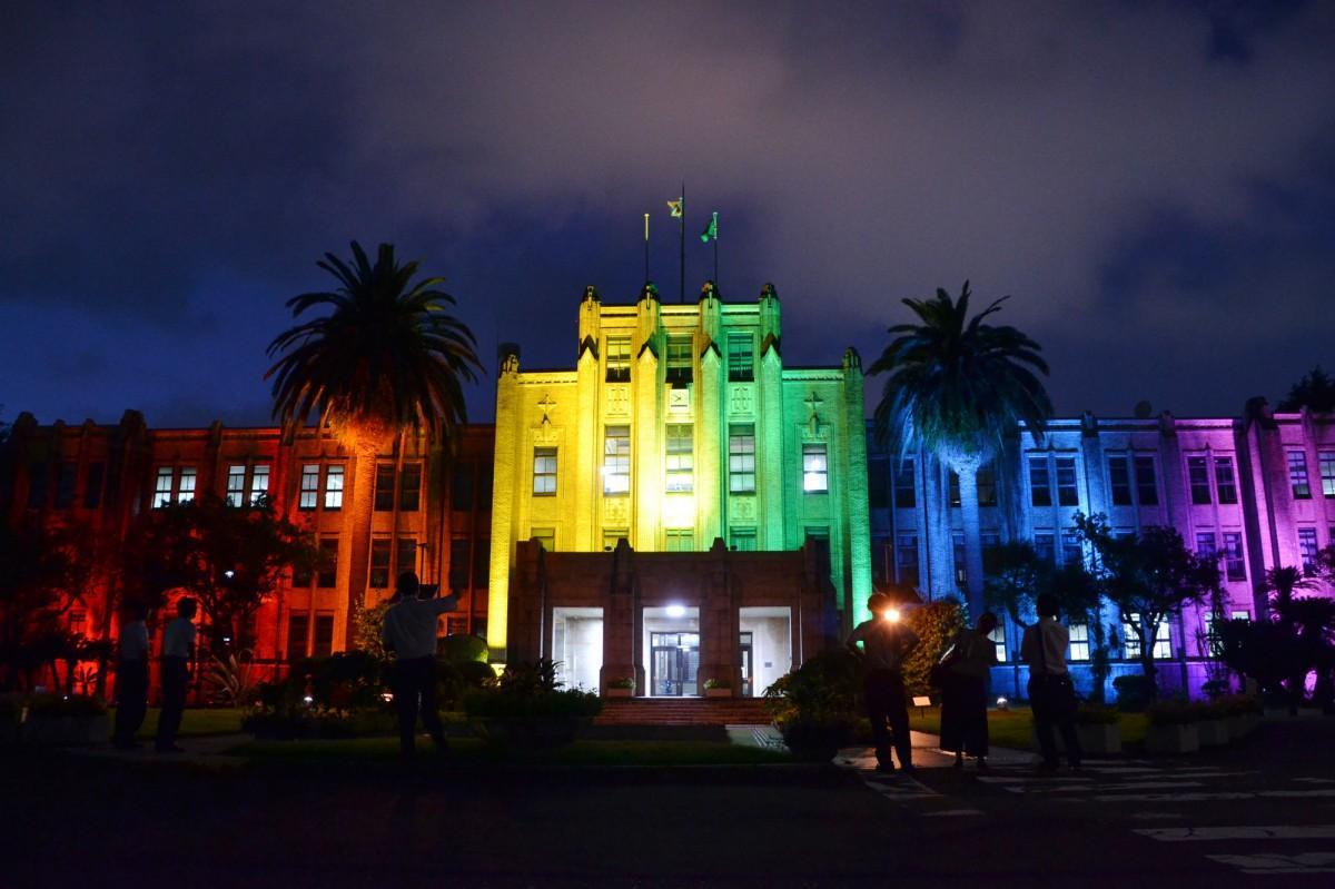 6色に光る宮崎県庁