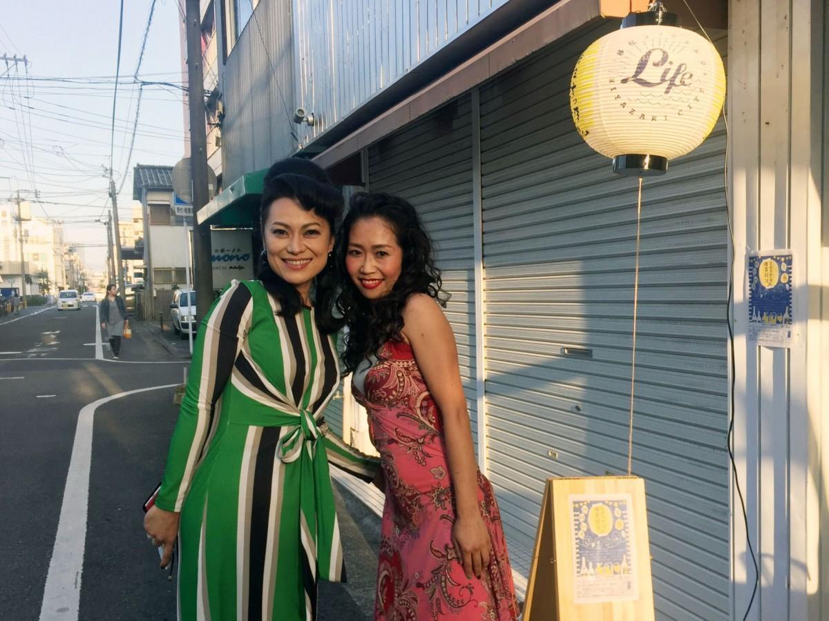 初回イベントではスナックのママさん風コスチュームに扮した、同センターの宮田理恵さん(左)と入佐由美さん(右)