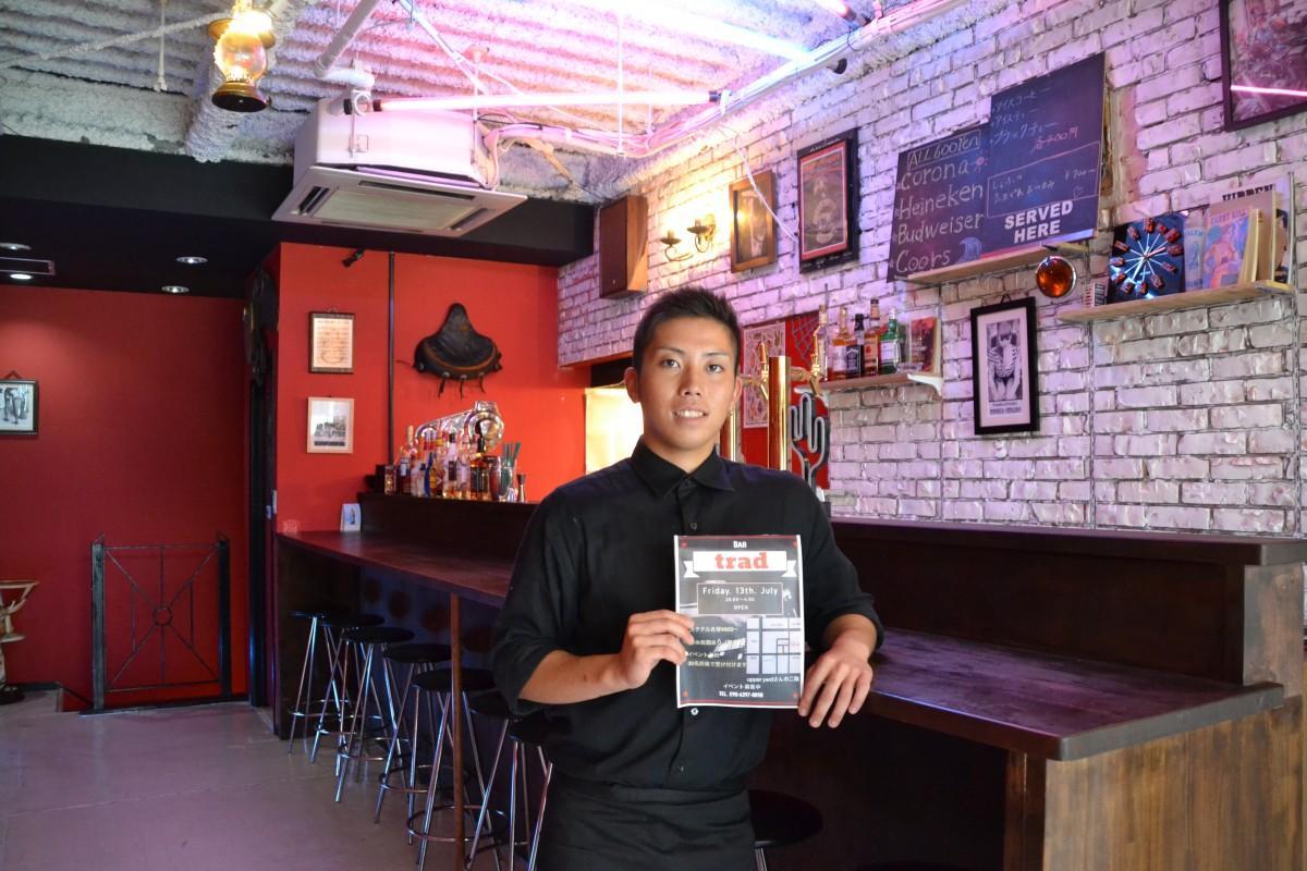 カウンターの前に立つ店長の中川尚大さん