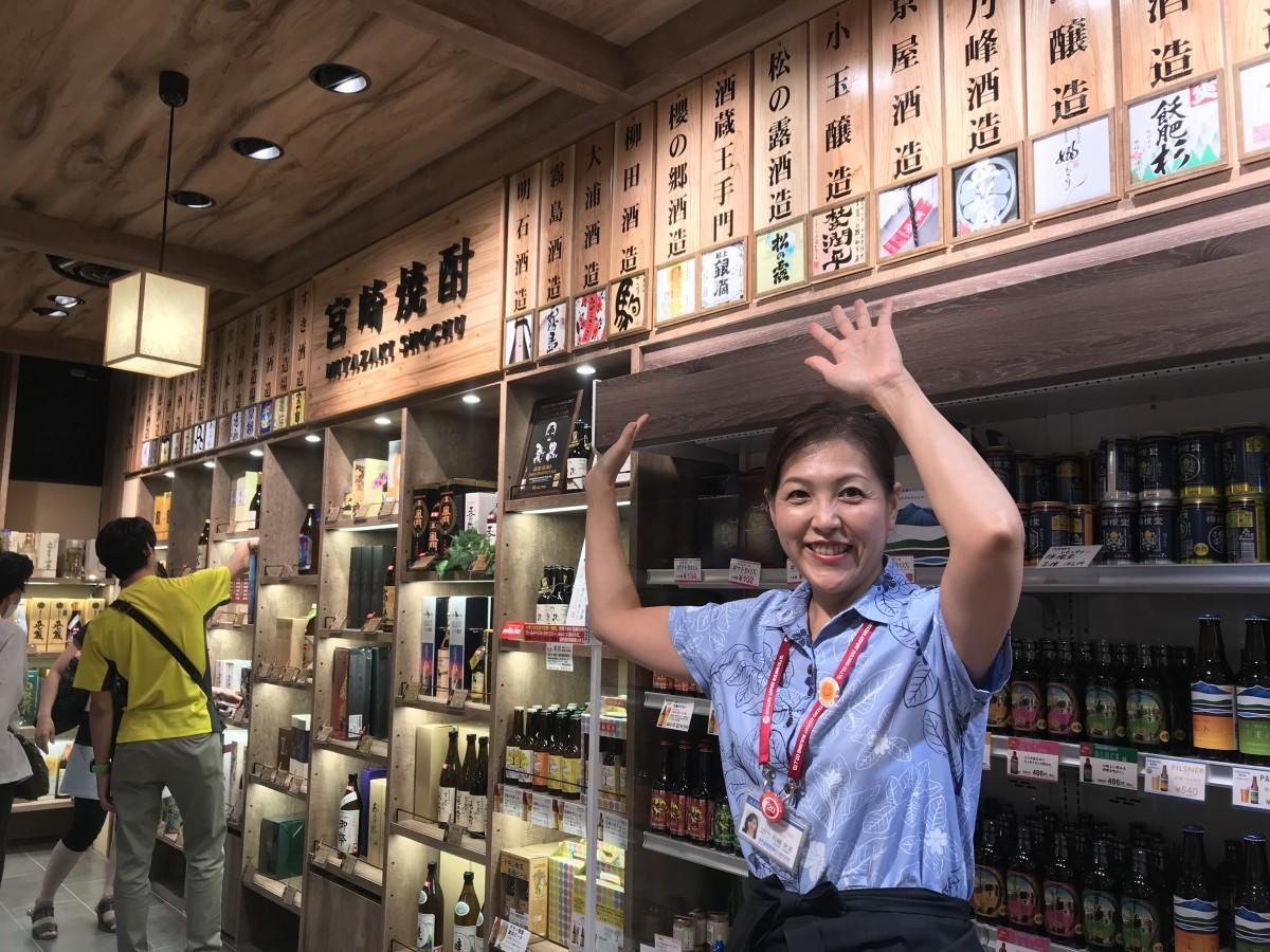 宮崎県内の酒蔵がそろう焼酎コーナーをPRする川越央美さん