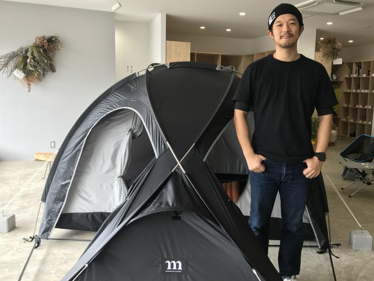 主要取扱ブランド「MURACO」のテントの魅力を語る店主の中野祥吾さん
