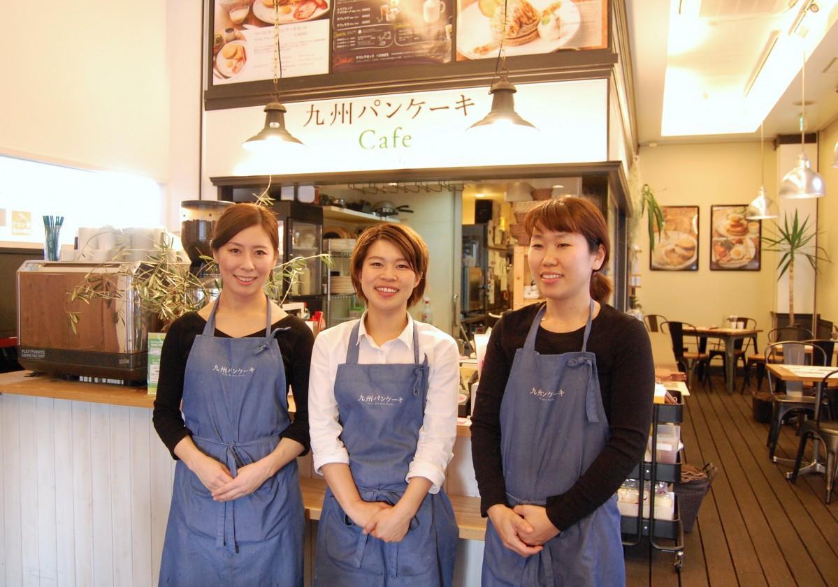 来店を呼び掛ける店長の甲斐さん(写真中央)、スタッフの遠目塚さん、来住さん